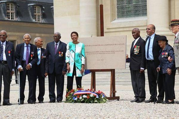 Les six dissidents antillo-guyanais présents à Paris sont rassemblés autour de la plaque commémorative, aux côtés de George Pau-Langevin et Kader Arif