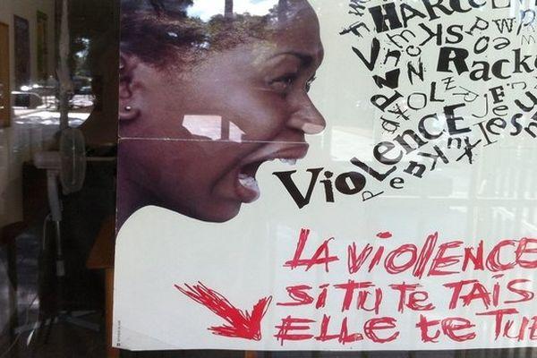 Saint-Paul : affiche sur façade planning familial