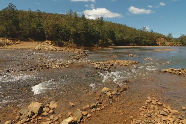 Pollution rivière des Pirogues