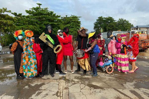 Des carnavaliers bravent les interdits à Cayenne