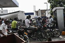 Des motocyclistes font la queue devant une station service à Port-au-Prince, le 28 août 2019.