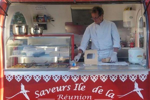 """Henri Lauret, à bord de son food truck réunionnais """"Saveurs de l'Île de la Réunion"""""""