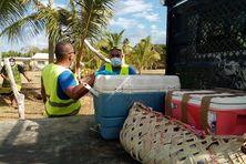 Des agents municipaux de Lifou collectent les colis de produits alimentaires dans le Wetr, le 29 septembre.