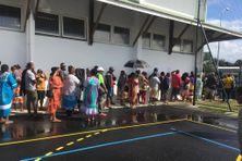 Foule devant des bureaux de vote délocalisé à Nouméa, lors du référendum du 4 octobre 2020.