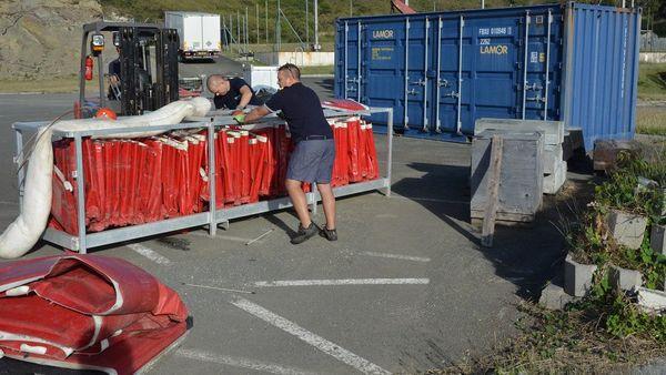 Chargement du matériel anti-pollution Kea Trader