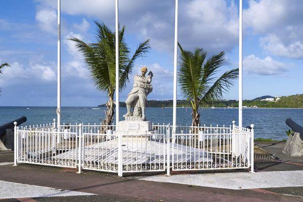 Sur le monument aux morts de La Trinité, un soldat aux traits afro-caribéens meurt en défendant son drapeau