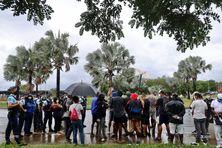 Des manifestants à nouveau mobilisés devant l'aéroport de Roland Garros afin de réclamer un contrôle plus strict des voyageurs.