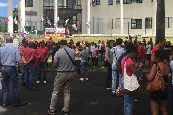 Manifestations agents Finances Publiques devant direction des impôts Saint-Denis 160919