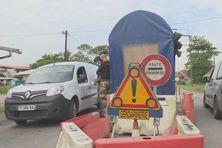 Vérification de l'attestation de déplacement au poste de gendarmerie d'Iracoubo