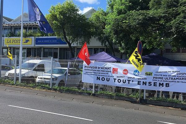 Grève devant la poste à Saint-Denis 5 mars 2020