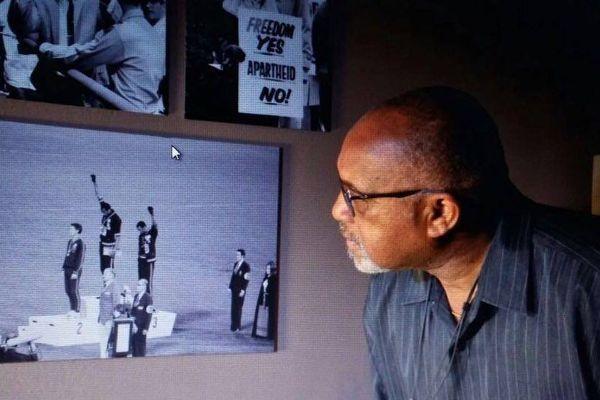 Tommie Smith ému aux larmes au Mémorial ACTe