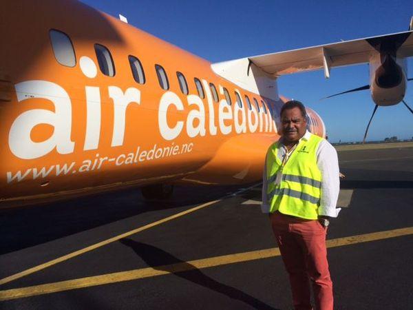 Samuel Hnepeune devant le dernier ATR d'Aircal (23 décembre 2017)