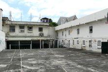 La cour de promenade, aujourd'hui désertée, était le lieu de vie des détenus dans cette prison surchargée et surchauffée en été sous les tropiques.