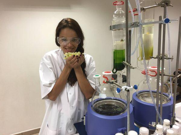 Vaea Ferrand pendant son stage dans les parfums à Cosmetic Academy