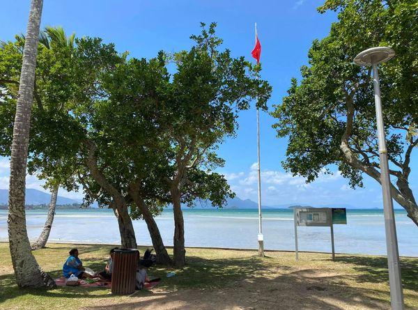 Pollution à Magenta plage, drapeau rouge hissé, Nouméa, 26 septembre 2020