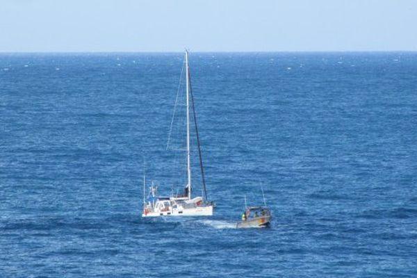 L'un des deux voiliers remorqué à bon port