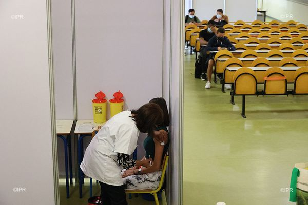 Lycée Leconte de Lisle ; premier centre de vaccination dans un établissement scolaire de France