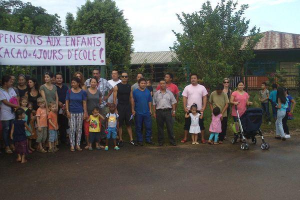 Manifestations devant l'école de Cacao