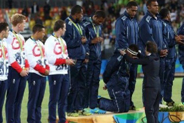 Les joueurs fidjiens se sont agenouillés tour à tour pour montrer leur respect à la princesse Anne