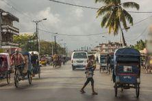Les rues de Toamasina, le 2 juin 2020, tandis que les mesures de confinement ont été strictement renforcées depuis le 1er juin 2020 suite à l'augmentation des cas positifs et des décès dus au coronavirus COVID-19. Environ 600 soldats ont été déployés d'Antananarivo à Toamasina pour assurer le confinement de la ville.