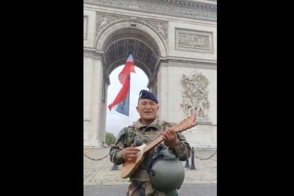 14 juillet 2021 - Un Polynésien joue du ukulele devant l'arc de Triomphe