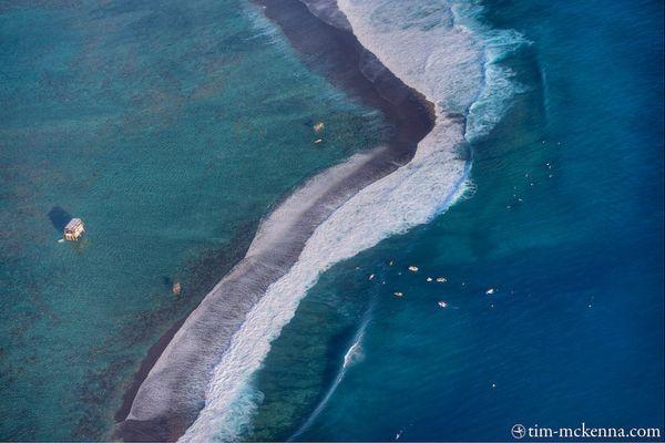 L' arène de Teahupoo avec les 3 échafaudages dans le lagon, les bateaux médias bien visibles dans le chenal