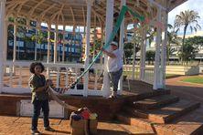 Les tricoteuses des Petites mailles de Calédonie au kiosque à musique de la place des cocotiers ce dimanche.