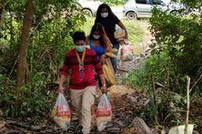 Distribution de denrées alimentaires pour trois familles