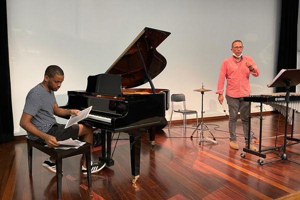 Aymerick Létard, pianiste et Edel Diaz, vibraphoniste en répétition à la MCMG