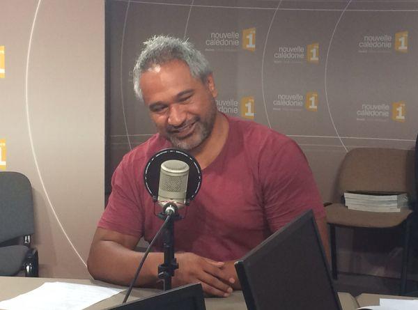 Laurent Vili dans les studios d'NC1ère pour parler du pôle espoir rugby. Il en est le responsable.