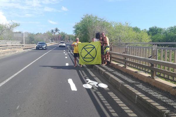 Extinction Rebellion Réunion sur le pont de la ravine Trois Bassins