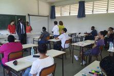 Le recteur Youssoufi Touré face à des candidats quelques minutes avant le début des épreuves