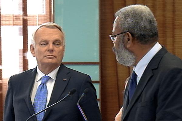 Gérad Poadja, président du Congrès et Jean-Marc Ayrault, le Premier ministre
