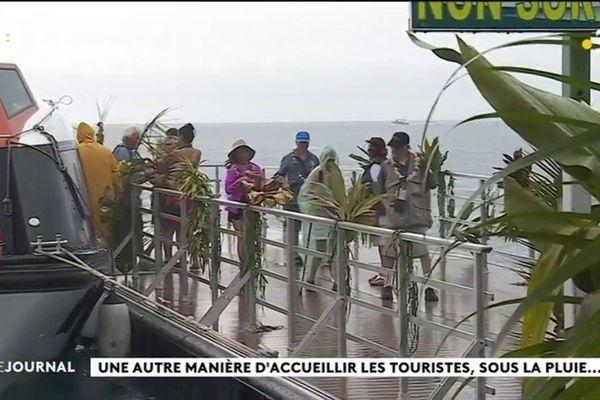 Accueil pluvieux, accueil heureux pour le Gauguin à Vairao