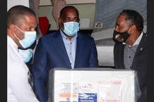Roosevelt Skerrit, Premier ministre de la Dominique aide au déchargement des vaccins contre la Covid-19.