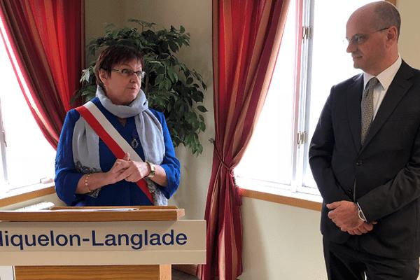 Danièle Gaspard reçoit l'Ordre des palmes académiques des mains du ministre de l'Education nationale