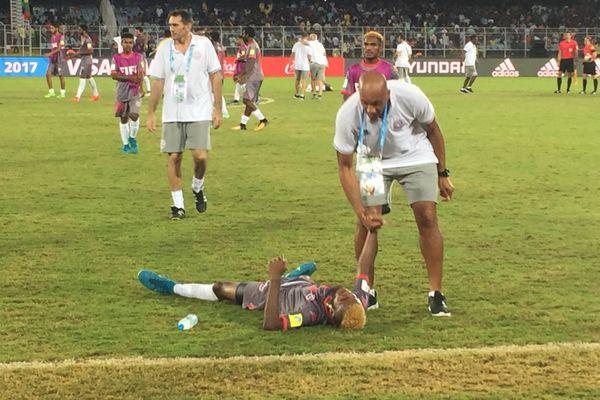 David Baltase vient relever son latéral gauche, Bernard Iwa, effondré de fatigue.