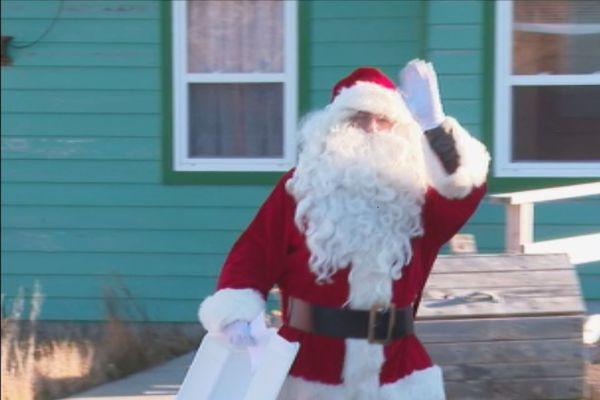 Le Père Noël a distribué les repas de l'association Restons Chez Nous
