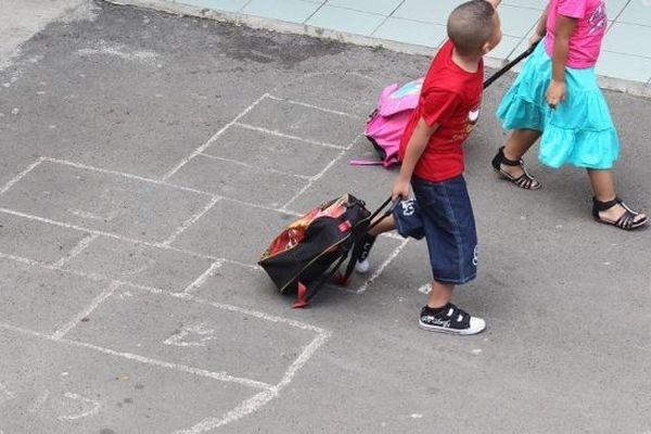 Des enfants vont à l'école à la Réunion