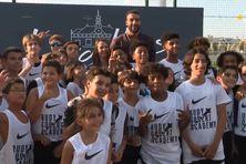 Le joueur de basket Rudy Gobert entouré de jeunes à Levallois-Perret le 8 septembre 2021