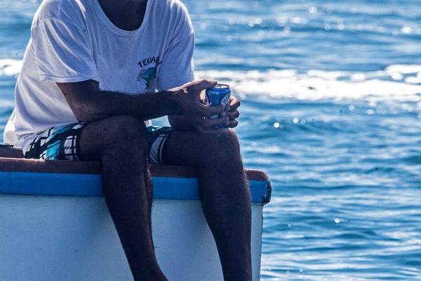 Un spectateur de Teahupo'o qui attend patiemment la prochaine vague. 18/08/14 Billabong