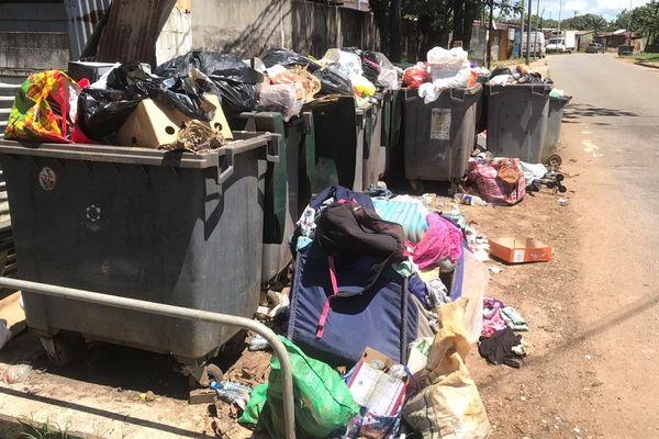 Bacs ménagers débordant dans l'île de Cayenne