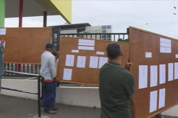 Résultats du bac pose des panneaux lycée Lapérouse (14 décembre 2017)