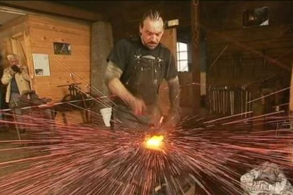 La réplique d'une hache basque ancienne fabriquée devant le public, à la Forge Lebailly