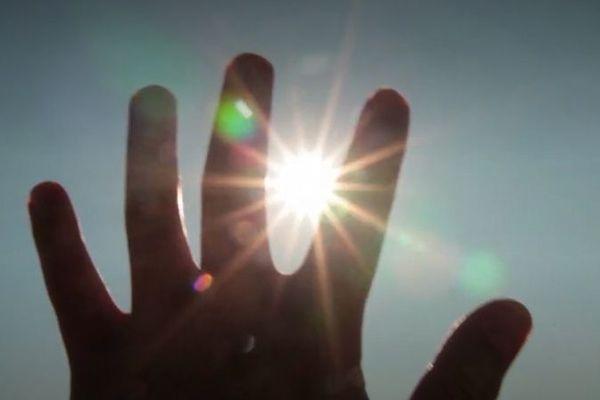 Main dans le soleil