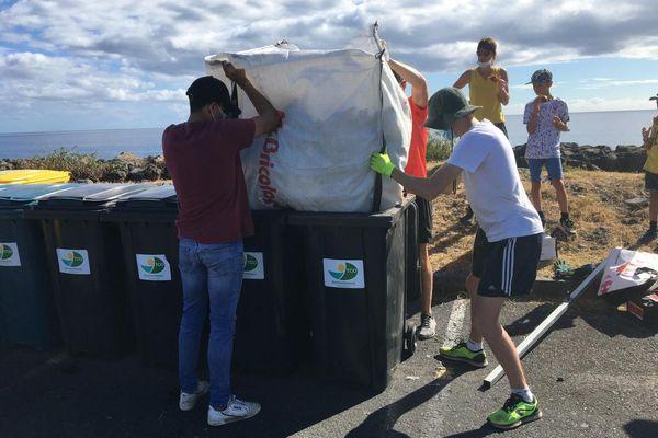 Opération nettoyage terrestre et aquatique littoral du Port poubelles big bag bénévoles parking