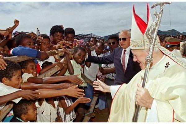 Pape avec jeunes à Madagascar 1989