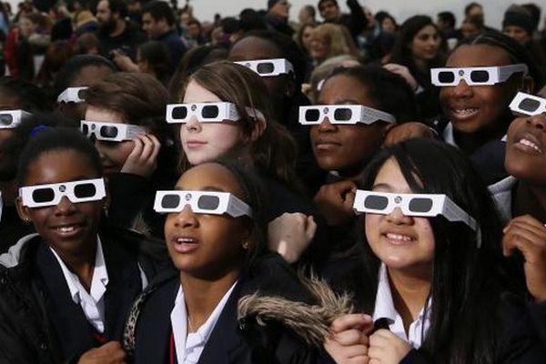 Lunettes pour éclipse sur le nez