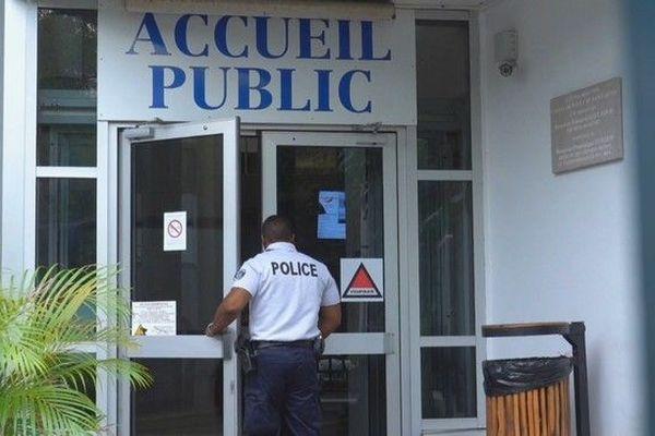 Police porte sécurité entrée commissariat Malartic Saint-Denis 021119