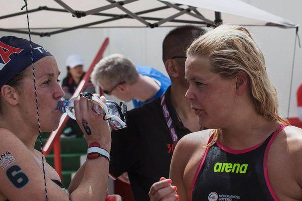 Lara Grangeon avec Sharon Van Rouwendaal après la course.